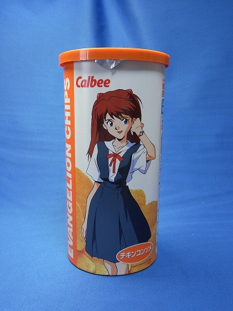 カルビーエヴァ ロング缶のパッケージ 制服姿のアスカ