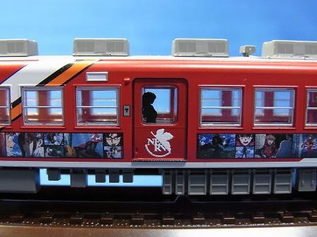 エヴァQ公開記念ラッピング電車 2号機車両の側面も細かく再現
