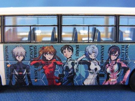 小田急のエヴァラッピングバス模型、シンジやアスカ達のイラストも再現