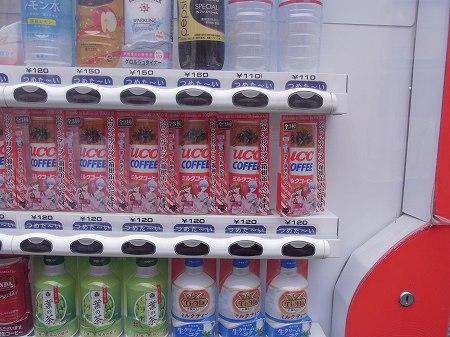 原宿エヴァストアの入り口にあるUCCの自販機はエヴァ仕様。エヴァ缶も販売中