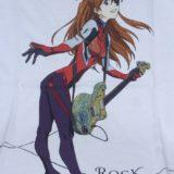 ギターを持ったアスカのイラスト。平松氏による描き下ろしイラスト