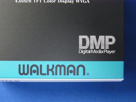 ヱヴァンゲリヲンモデルの外箱にある旧ウォークマンのロゴデザイン DMP