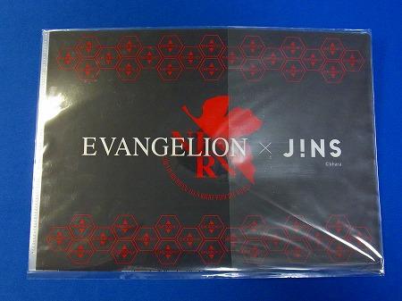 JINSとエヴァのコラボキャンペーンイラストを使用したクリアファイルの裏面。ネルフマークがある
