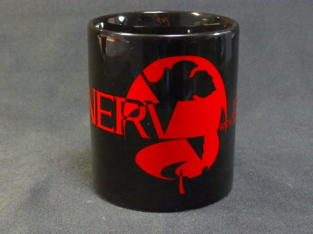 序で登場した、新しいネルフロゴマークが入った黒のマグカップ