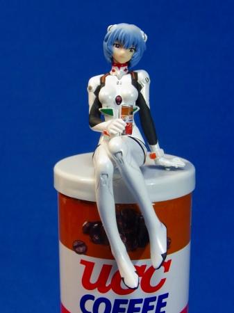 エヴァ缶に座るレイのフィギュア
