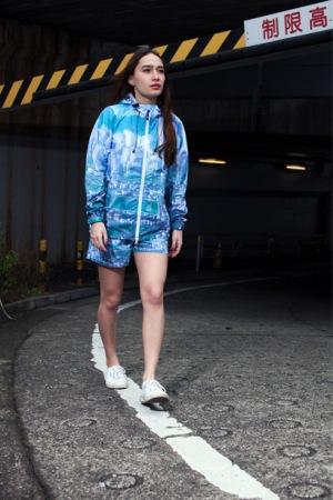 <X-girl SPORTS(エックスガール スポーツ)>からは、「エヴァ」の舞台「第3新東京市」を大胆にあしらったTシャツ・フード付きジャケット