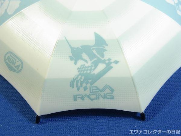 レイのフィギュアに付属するパラソルにはエヴァレーシングのロゴマークがある