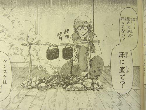 ミサトのマンション室内で炭火・飯ごうで米を炊くケンスケ