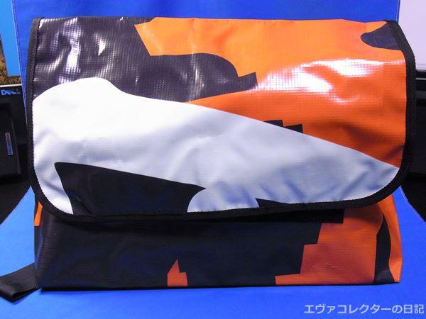 ヱヴァンゲリヲン新劇場版:破の公開時、宣伝で渋谷109に展示された懸垂幕を使用したバッグ。数量限定で完売した