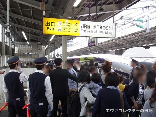 エヴァ新幹線のラストラン。最終便が出発するまえの新大阪駅の混雑の様子
