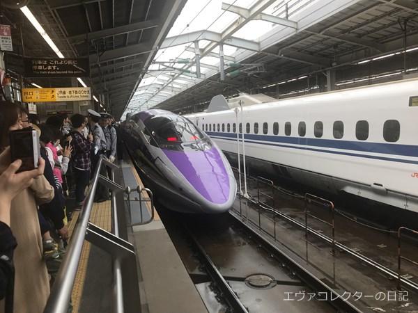 新大阪駅に到着したエヴァ新幹線。