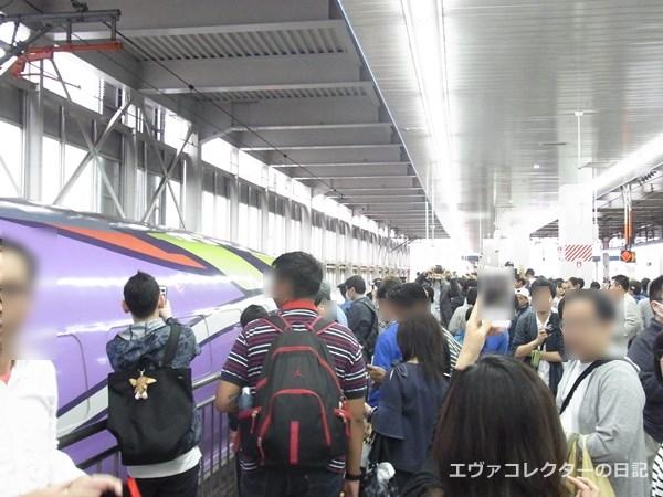 エヴァ新幹線のラストラン終点は、新大阪駅以上の混雑っぷりだった博多駅